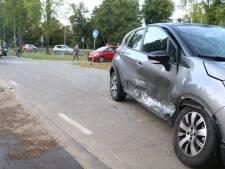 Auto schiet door de berm en botst met andere auto in Gouda