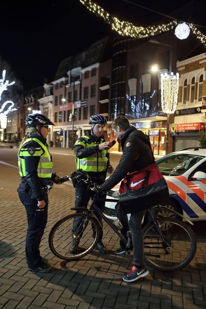 Jeugdagenten Lindsay Schijvenaars (links) en Koen Vromans voeren een blaastest uit in de nacht van vrijdag op zaterdag in Roosendaal. Het resultaat? De P van passeren. foto Chris van klinken/pix4profs
