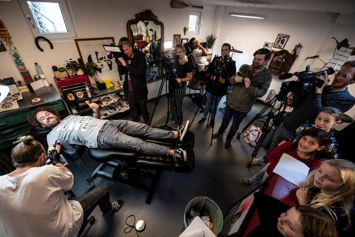 Onder toeziend oog van leerlingen en veel media, moet Meester Jesper (Jesper Hesseling) eraan geloven: hij krijgt een tatoeage op zijn onderarm.