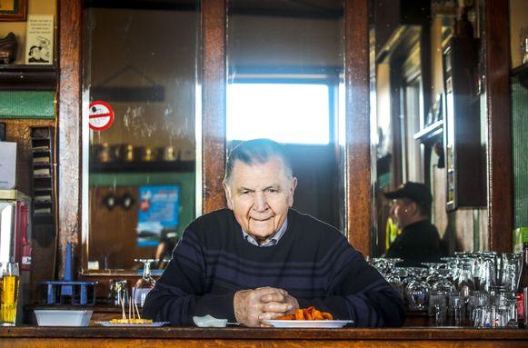 Maurice Vangaever vierde vorig jaar zijn 93ste verjaardag in zijn café 't Stroomtje. Zaterdag wordt hij begraven