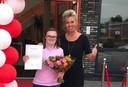 Tankstationeigenaresse Diet Klok met Sterre bij haar diploma-uitreiking.