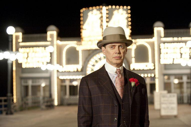 Steve Buscemi als Nucky Thompson tegen de achtergrond van het fictieve Atlantic City in Boardwalk Empire. Beeld HBO