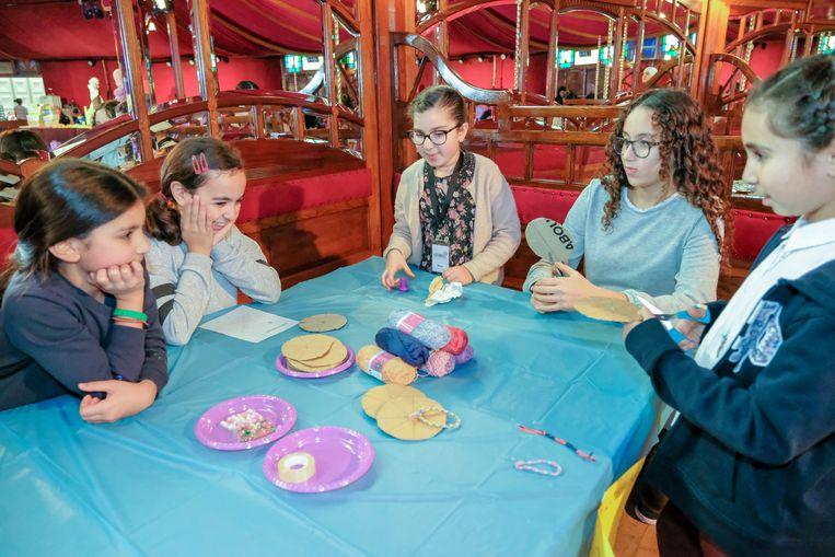 Kindernamiddag in spiegeltent: Eén van de knutselhoekjes in de tent.