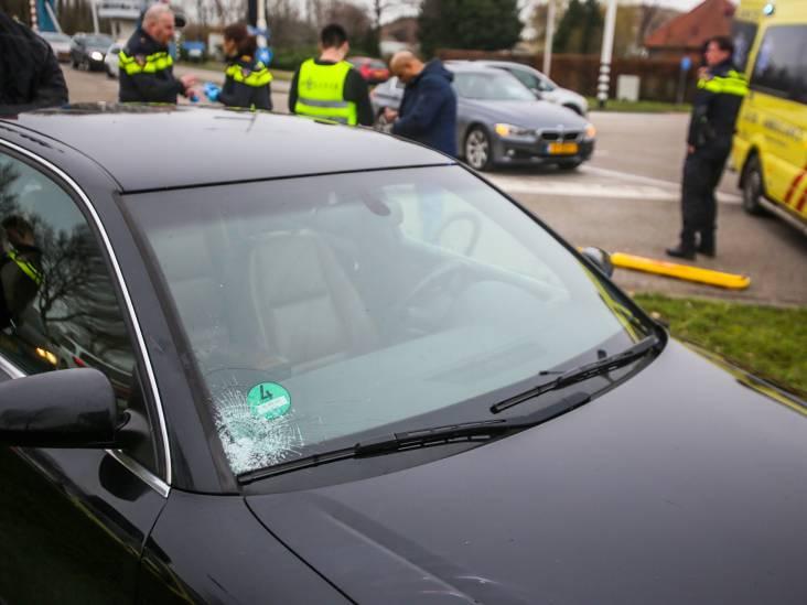 Overstekende mountainbiker belandt op voorruit van auto in Helmond, raakt gewond aan hoofd