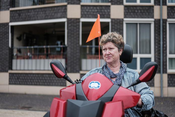 """Mary Gooij uit Doesburg kan met de scootmobiel haar voordeur niet bereiken: ,,De oplossing is simpel. Stort een paar treden dicht met cement, anderhalve meter breed, en ik ben gelukkig."""""""