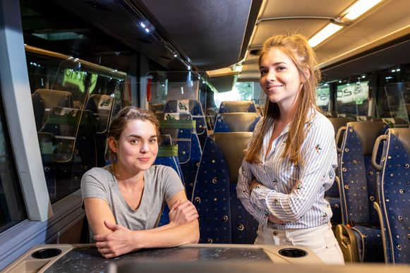 Margaux en Charlotte Cannaerts van busbedrijf Cannaerts in Heffen