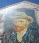 Het enorme portret van Vincent van Gogh in het steegje achter de kerk in Etten-Leur.