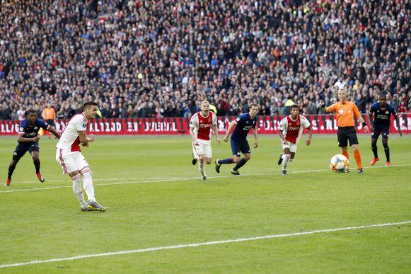 Tadic zet de penalty voor de 2-1 om.