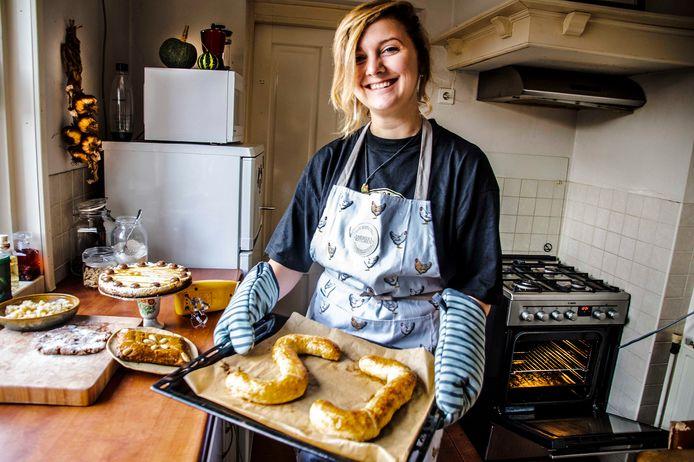 Enya Boleij met haar baksels in de fabriek, een keuken in een studentenhuis.
