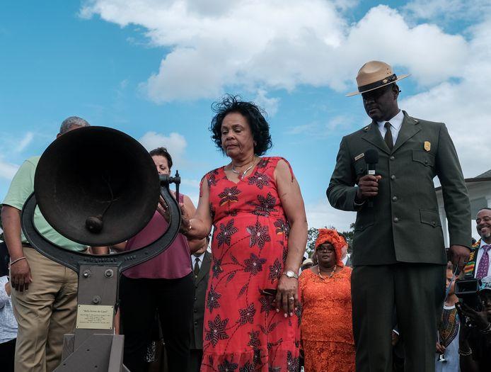 Superintendent Terry E. Brown luidt samen met een vrouw een klok in Fort Monroe om de 400ste verjaardag van de slavernij in de VS te herdenken.