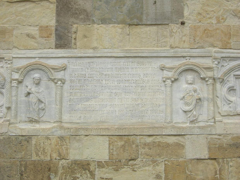 Een grafplaat in de gevel van de kathedraal van Parma, met rechts een afbeelding van Blasius van Parma.