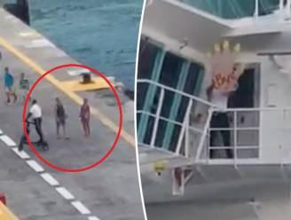 Koppel ziet cruiseschip net voor neus vertrekken. Crew zwaait hen uit met megahand