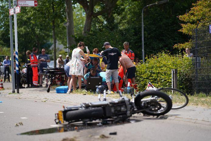 Ongeluk op De Helling in Alblasserdam tussen een motorrijder en fietser.