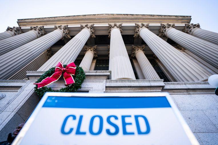 Een bord wijst bezoekers erop dat de Nationale Archieven in Washington, DC gesloten zijn. Beeld EPA