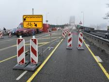 Vrouw onderuit op spekgladde fietsstrook Waalbrug