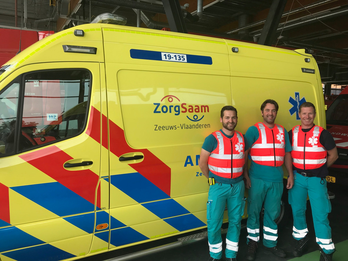 Ambulancemedewerkers in de nieuwe veilige vesten