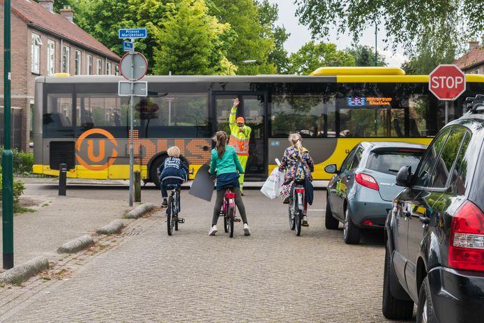 Marcel van Tongeren regelt drie keer per dag vrijwillig het verkeer op de kruising van de Prins Bernhardlaan en Prinses Marijkelaan in Maartensdjik.