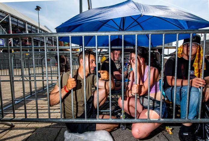 Ryan (links) uit de VS lag afgelopen nacht al om drie uur bij De Kuip voor het concert van Rammstein.