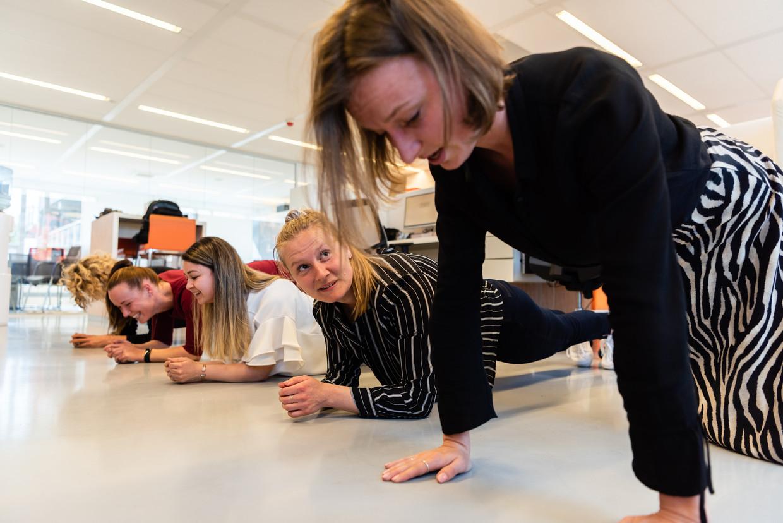 Planken als break om 15.30 uur op kantoor van Olympia uitzendbureau Rhijnspoorplein Amsterdam. Beeld Katja Poelwijk