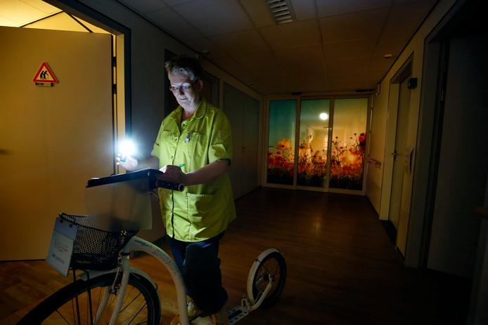 Metina Heufkens doet tijdens haar nachtdienst in het gasthuis haar ronde op de step.