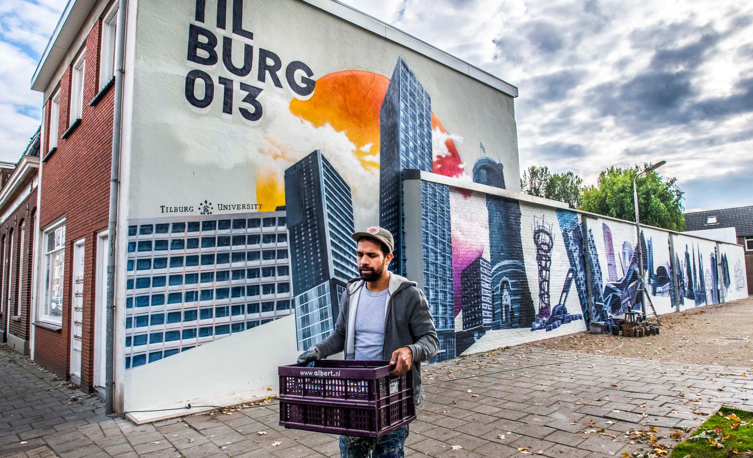 Kunstenaar Paul Watty is al weken bezig met een gigantische muurschildering aan de Hoogvensestraat, ter hoogte van huisnummer 206. Dat is de achtste muurschildering van het experiment.