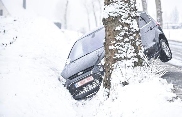 De Olsensesteenweg in Kruishoutem lag er spekglad bij. De chauffeur van deze wagen kon niet tijdig remmen voor een voorligger, week uit en belandde tegen een boom.