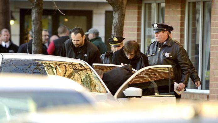 La police embarque ce qui semble être Ryan Lanza, le frère du tueur et non le tueur comme on le pensait au début.