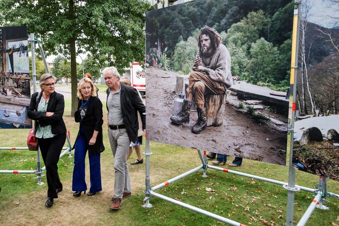 """Marianne de Bie (rechts) leidt samen met curator Geert van Eyck in 2016 cultuurminister Jet Bussemaker rond bij BredaPhoto. ,,Het is één van die cultuuruitingen waarmee Breda zichzelf internationaal in de kijker weet te spelen."""""""