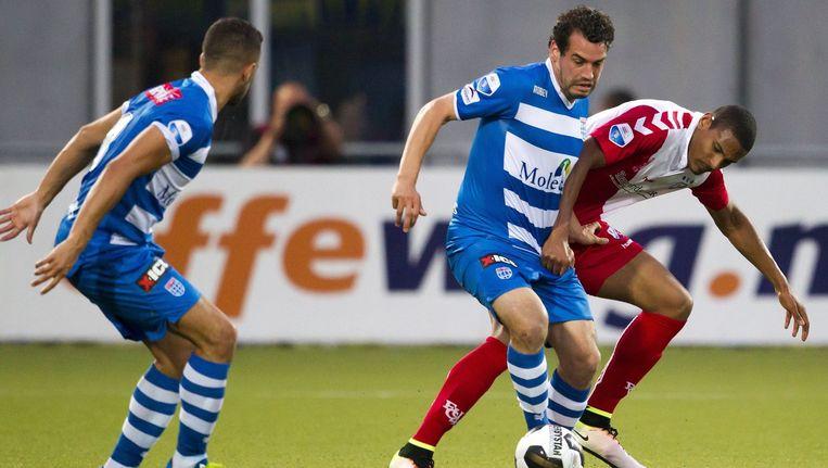 Dirk Marcellis (links) van Zwolle en Sebastien Haller in duel om de bal. Beeld photo_news