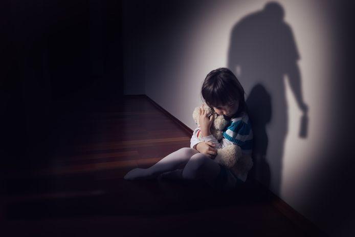 De vader staat terecht voor slagen aan zijn minderjarige dochter en zoon.