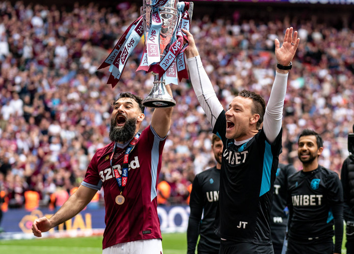Mile Jedinak en John Terry vieren de promotie naar de Premier League vorige week op Wembley.