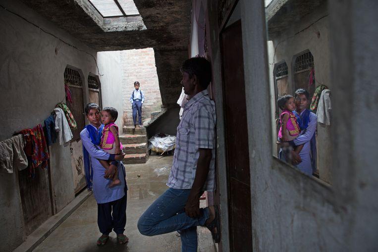 Mahinoor op weg naar school, haar vader Nizamuddin kijkt toe. Beeld Ruhani Kaur