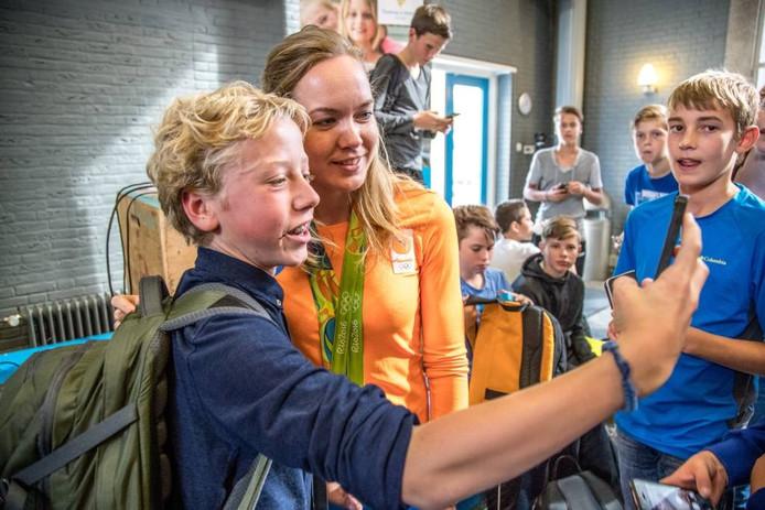 Leerlingen van het Thomas a Kempis College maken selfies met Anna van der Breggen