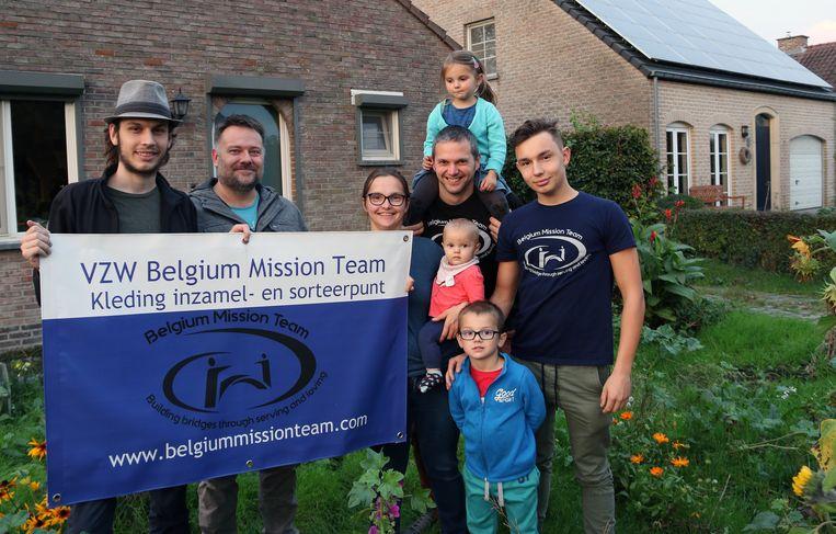 Jason Paes, Stein Van Echelpoel, Karen Cerpentier en Kristof Heurckmans met hun drie kinderen, en James Paes.