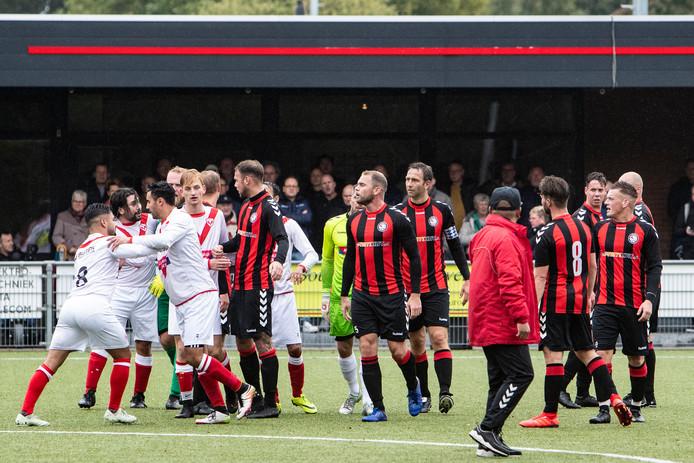 Het opstootje na de 0-2. De wedstrijd werd uiteindelijk wel uitgespeeld.