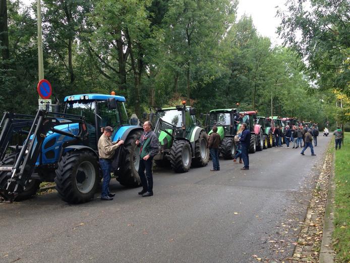 De boeren parkeren op de weg achter het provinciehuis.