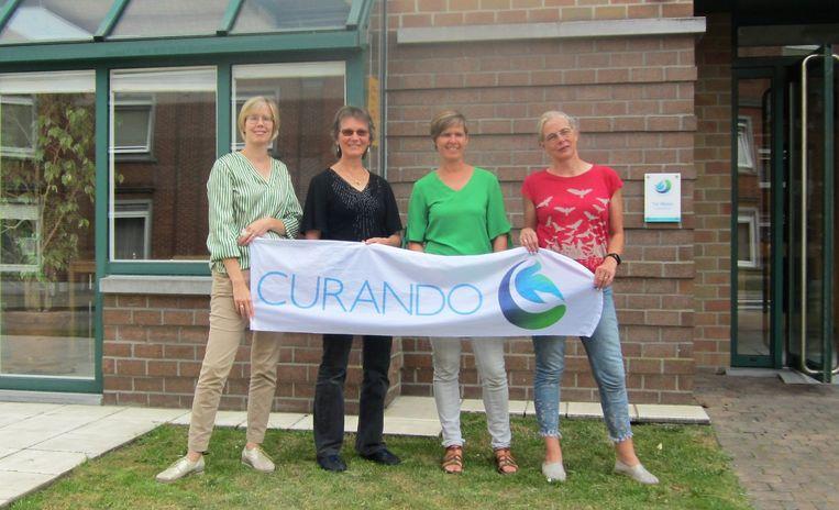 Mieke Deguffroy (tweede van links) doet mee aan de dodentocht en hoopt 5.000 euro samen te krijgen. We zien haar samen met directrice van Sint-Jozef Anneleen De Roo en collega-wandelaars Cindy Delmotte en Caroline Lanoo.