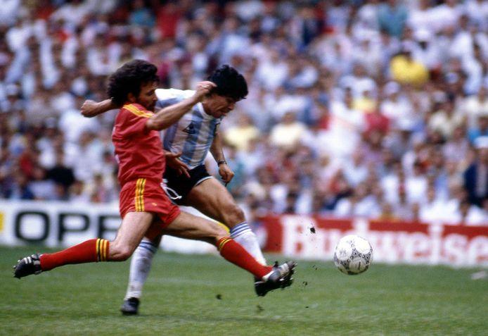 Maradona in duel met Eric Gerets in 1986.