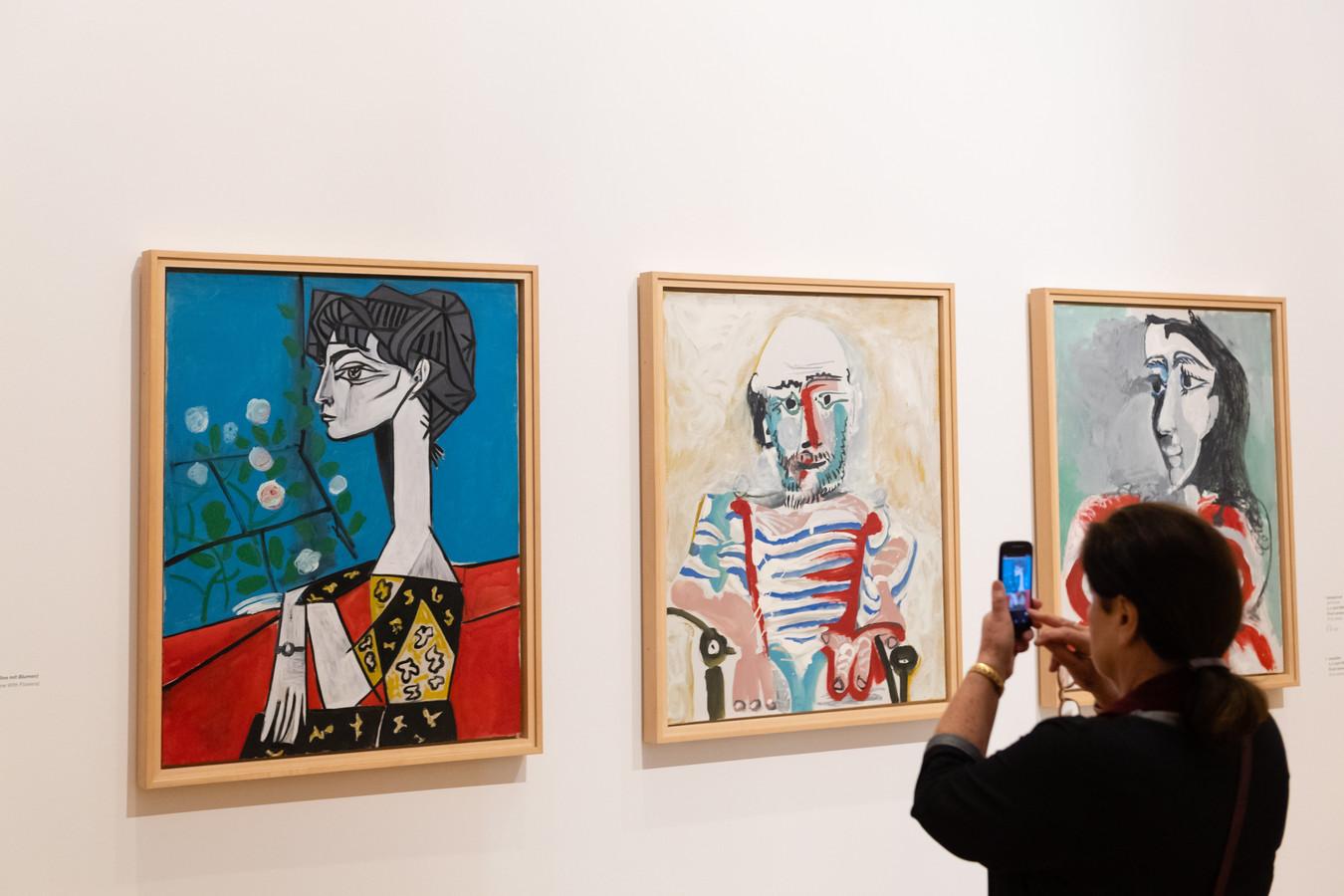 Een vrouw maakt foto's van de expositie 'Picasso: The Late Work', in het Barberini-museum in Potsdam.