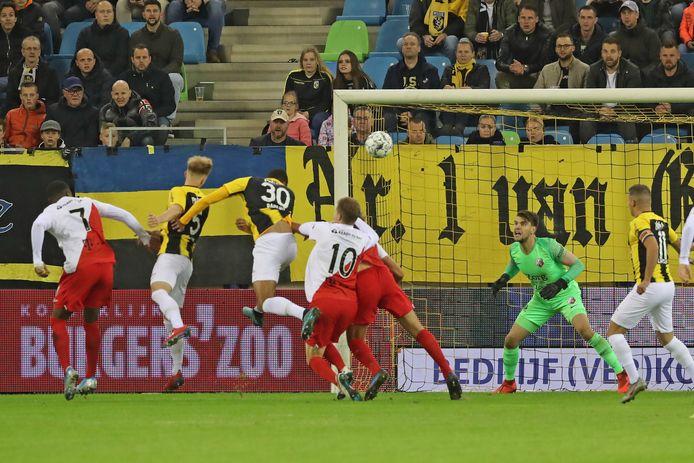 Max Clark scoort voor Vitesse tegen FC Utrecht. 'En dan begint de bal te dalen. Er springen spelers op. Er kopt er een de bal. Mooi.'