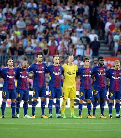 Indrukwekkende minuut stilte in Camp Nou voor slachtoffers van aanslagen