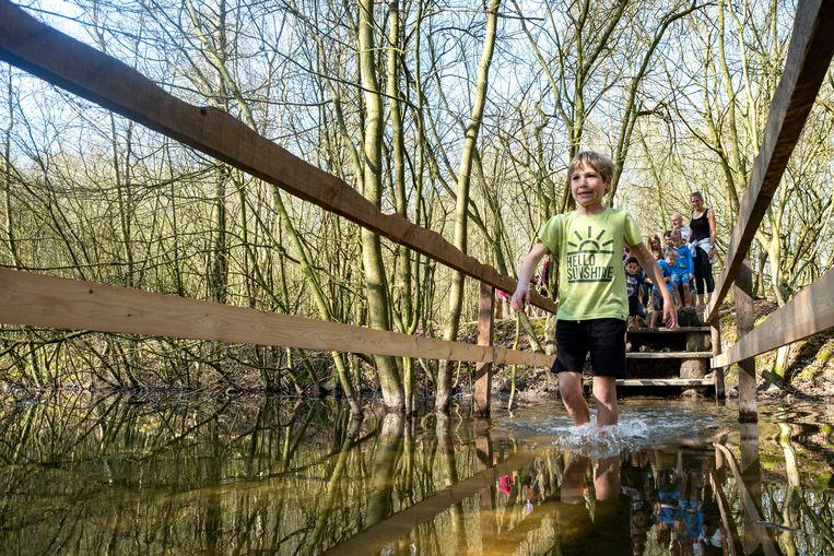 Kinderen ontdekken het vernieuwde blotevoetenpad.