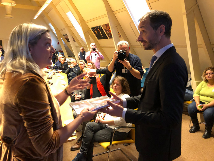 SP-Kamerlid Sandra Beckerman overhandigt een zwartboek over de gaswinning aan minister Wiebes