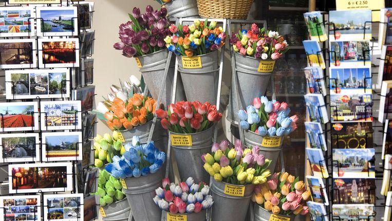 De souvenirshops bevinden zich vooral tussen het Damrak en het Singel. Beeld anp