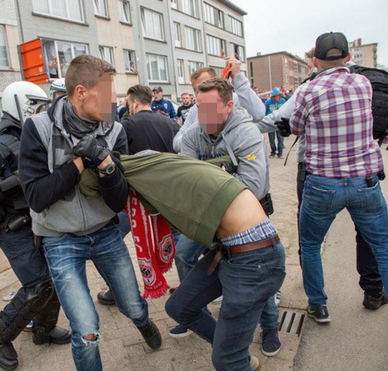 Een relschopper van Antwerp wordt in de Oude Bosuilbaan gearresteerd.