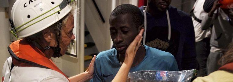 Erna Rijnierse (l), een dokter van Artsen zonder Grenzen, verwelkomt en onderzoekt aan boord van het reddingsschip de Aquarius een van zee geredde vluchteling. Beeld ap