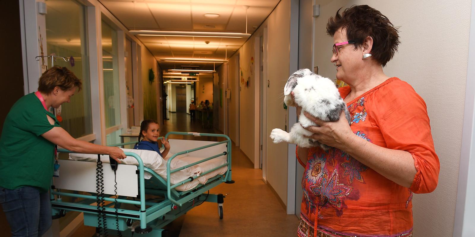 Medisch pedagogisch zorgverlener Berry Geurts met konijn Jopie (de zevende).
