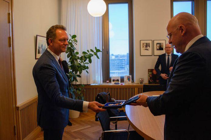 Fred Westerbeke krijgt zijn onderscheiding uit handen van minister Ferd Grapperhaus.