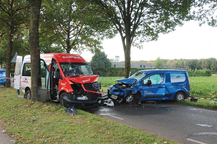 Beide busjes raakten elkaar frontaal.