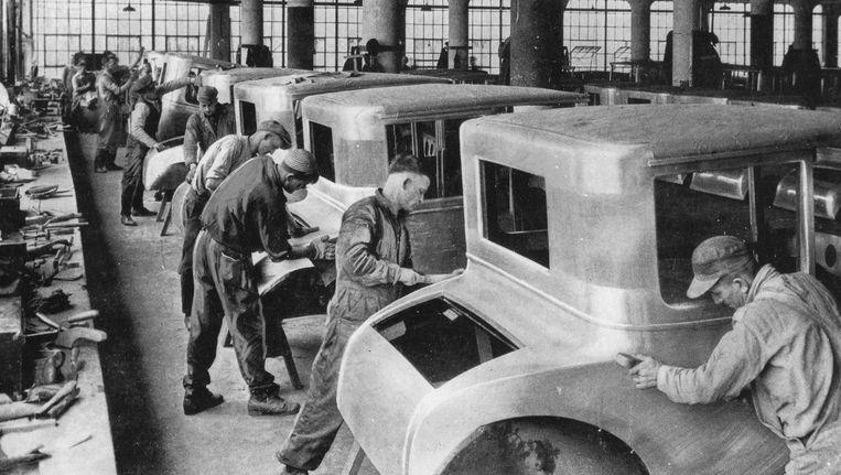 Oude banen die voorbij zijn. De moderne auto wordt geassembleerd door robots. Beeld null